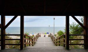 zejście widok na plażę w Pogorzlicy nad Bałtykiem