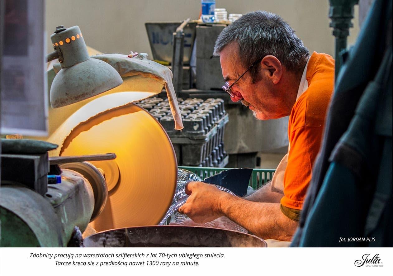 Zdobnicy pracują na warsztatach szlifierskich z lat 70-tych ubiegłego stulecia. Tarcze kręcą się z prędkością nawet 1300 razy na minutę
