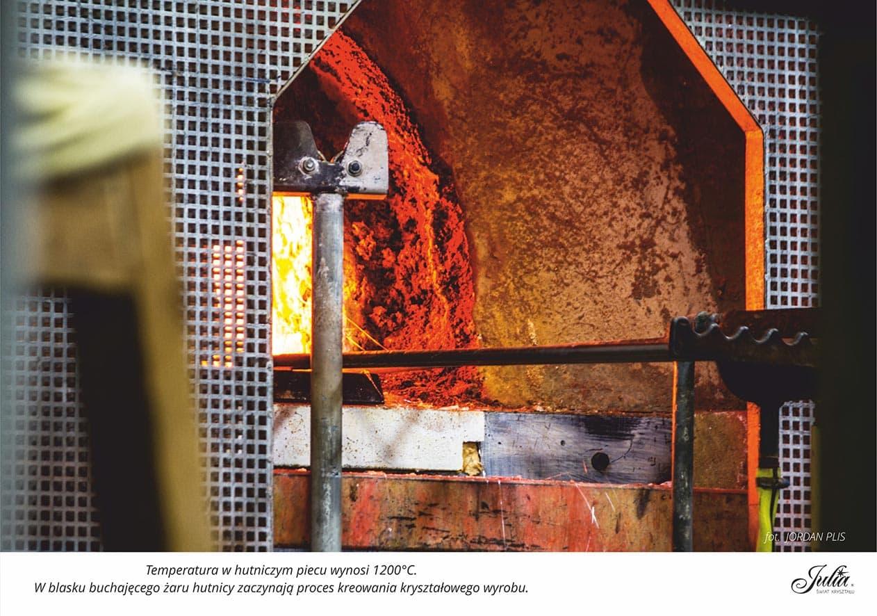 Temperatura w hutniczym piecu wynosi 1200 stopni Celsjusza. W blasku buchającego żaru hutnicy zaczynają proces kreowania kryształowego wyrobu