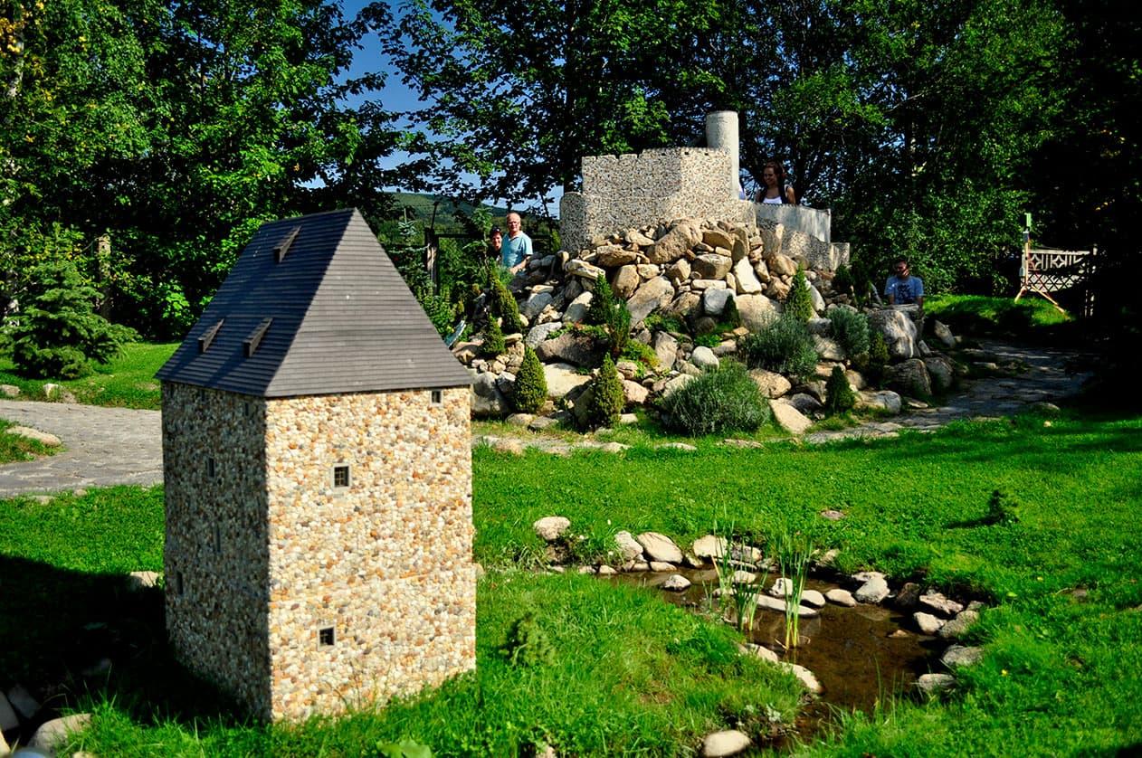 Park Miniatur - Wieża Rycerska w Siedlęcinie. SunSeasons24