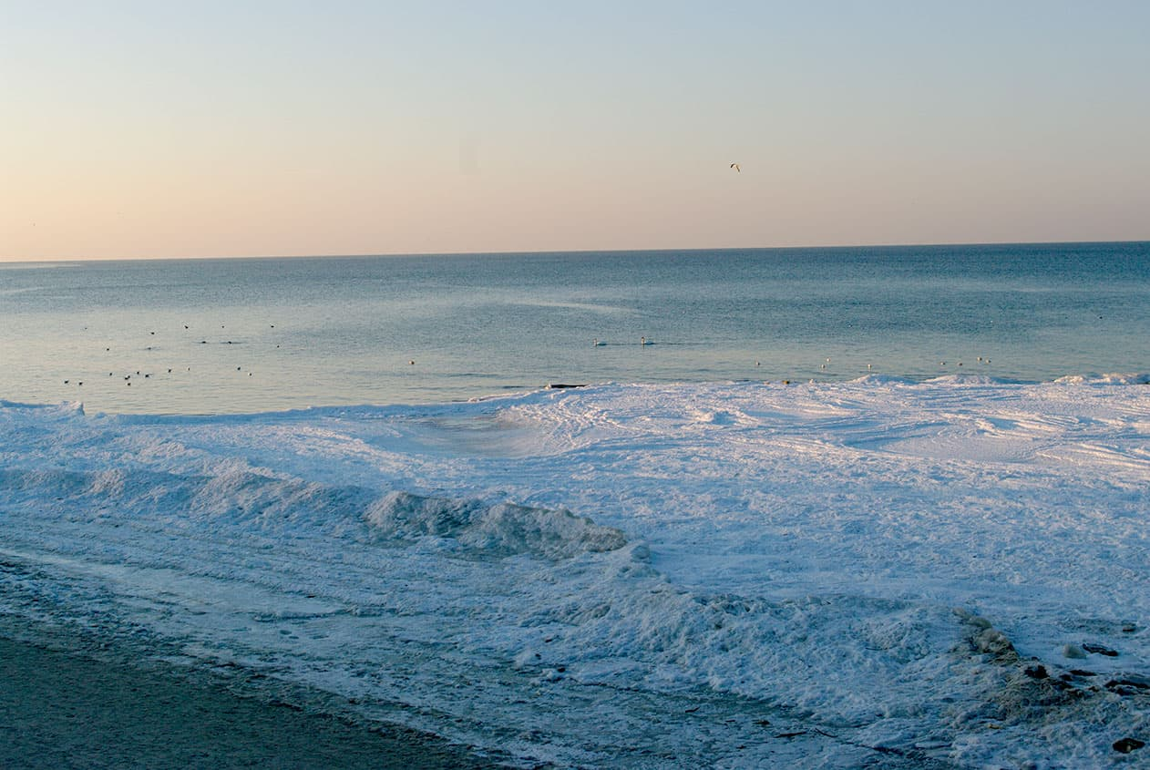 Zimowy krajobraz przy plaży