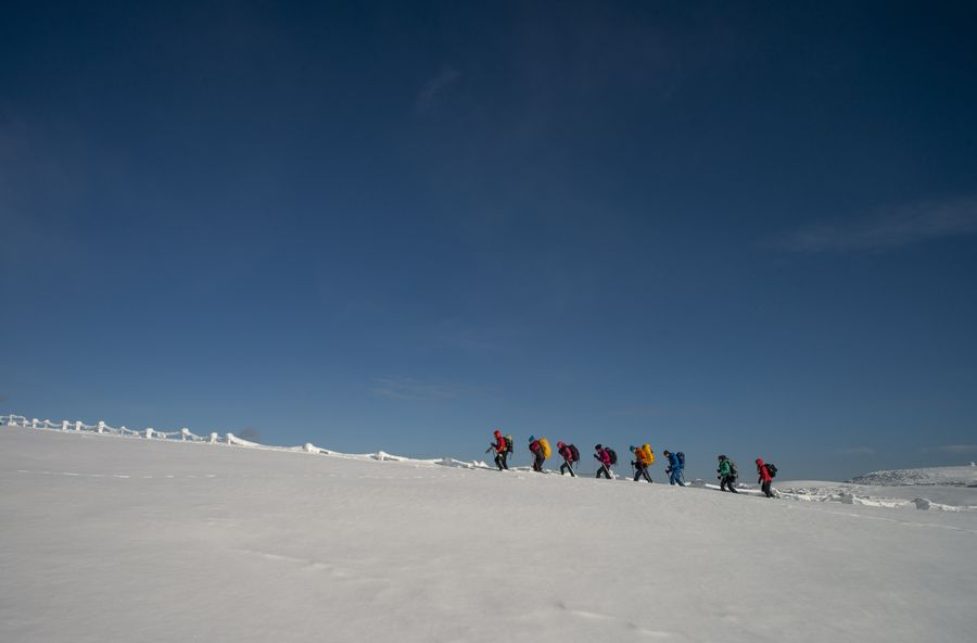 Turyści na grani Karkonoszy zdjęcie Krzysztof Siwa blog SunSeasons24