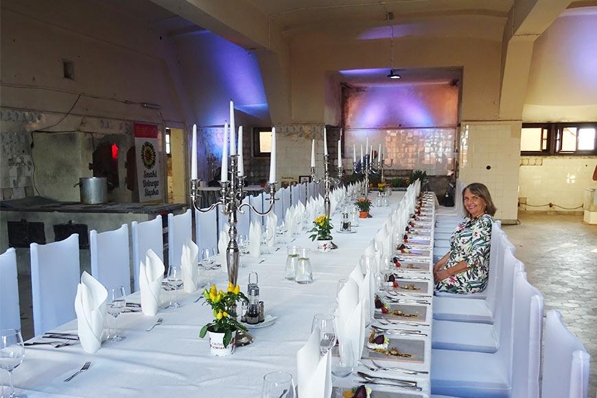 Autorka wpisu Barbara Jakimowicz-Klein i stół pięknie nakryty w dawnej kuchni zamkowej zdjęcie Wiesław Jurewicz blog SunSeasons24