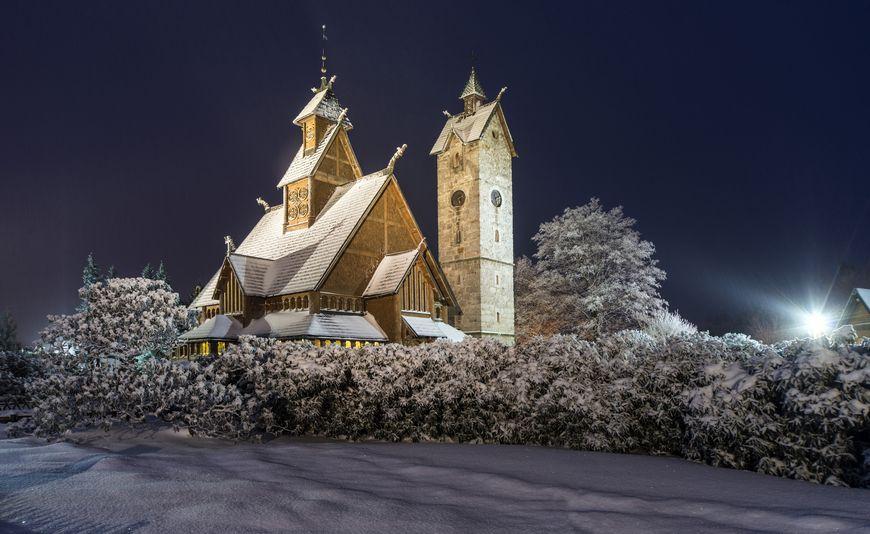 Kościółek Wang w Karpaczu nocą zdjęcie Krzysztof Siwa blog SunSeasons24