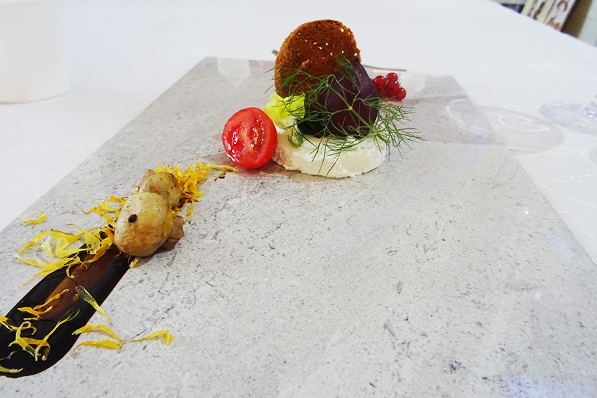 Przystawka lokalny ser farmerski z kiszonym buraczkiem pomidorkami koktajlowymi i porzeczkami zdjęcie Barbara Jakimowicz-Klein blog SunSeasons24