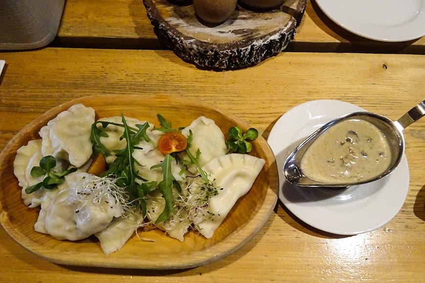 Miska pierogów z sosen grzybowym zdjęcie Barbara Jakimowicz-Klein blog SunSeasons24