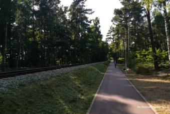 Ścieżka rowerowa wzdłuż nasypu kolejki wąskotorowej zdjęcie Zbigniew Pasieka blog SunSeasons24