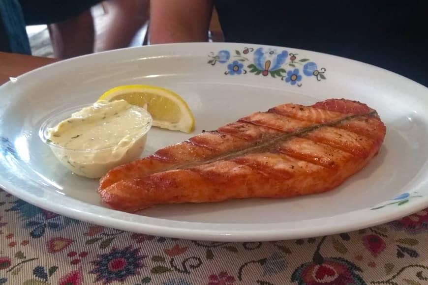 Łosoś z grilla, restauracja U Rybaka, Jastrzębia Góra. Zdjęcie Barbara Jakimowicz-Klein. Blog SunSeasons24