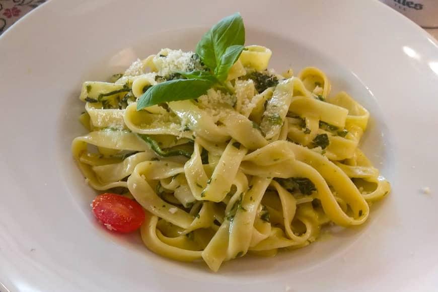 Tagiatelle ze szpinakiem i gorgonzolą, w restauracji U Rybaka, Jastrzębia Góra. Zdjęcie Barbara Jakimowicz-Klein.. Blog SunSeasons24