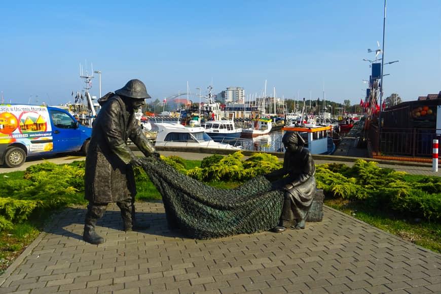 Pomnik rybaka i rybaczki na małym skwerze w kołobrzeskim porcie. Zdjęcie Barbara Jakimowicz-Klein. Blog SunSeasons24