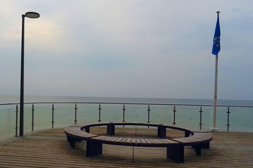 Taras widokowo-wypoczynkowy z zejściem na plażę zachodnią w Kołobrzegu. Zdjęcie Barbara Jakimowicz-Klein. Blog SunSeasons24