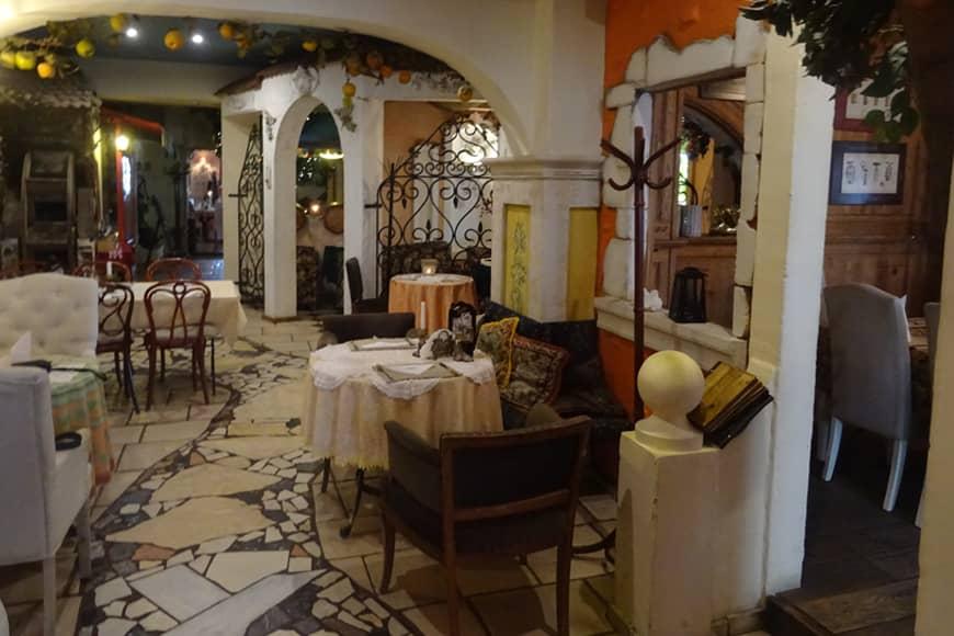 """Wnętrze Restauracji """"Pod Winogronami"""" w Kołobrzegu. Zdjęcie Barbara Jakimowicz-Klein. Blog SunSeasons24"""