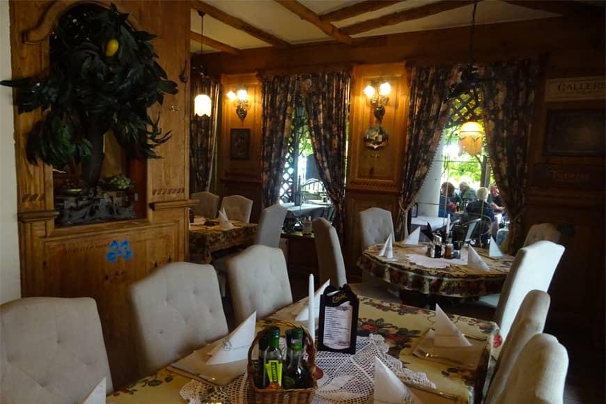 """Wnętrze nr 5 Restauracji """"Pod Winogronami"""" w Kołobrzegu. Zdjęcie Barbara Jakimowicz-Klein. Blog SunSeasons24"""