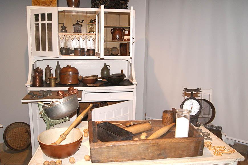 Sprzęty i naczynia kuchenne prezentowane w muzeum etnograficznym we Wrocławiu. Zdjęcie Barbara Jakimowicz-Klein. Blog SunSeasons24