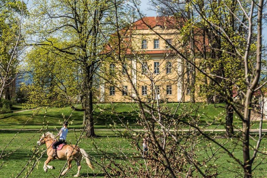 Pałac Łomnica wiosną. Zdjęcie Wiesław Jurewicz. Blog SunSeasons24