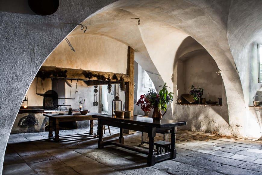 Średniowieczna kuchnia w piwnicy pałacu. Zdjęcie Wiesław Jurewicz. Blog SunSeasons24