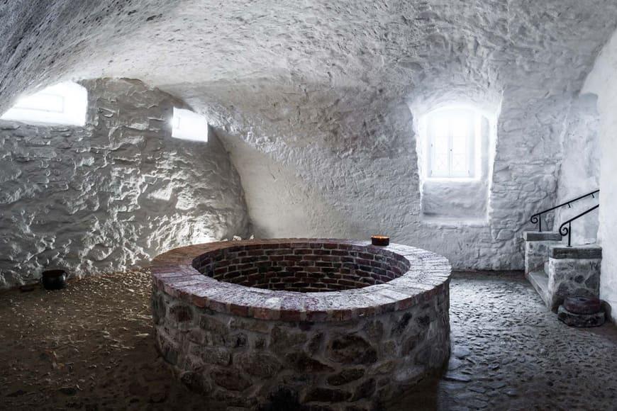 Studnia w piwnicy pałacu. Zdjęcie Wiesław Jurewicz. Blog SunSeasons24