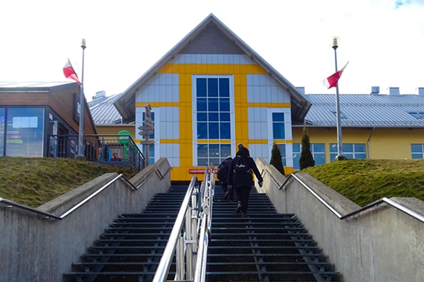 Droga do stacji dolnej kolei gondolowej w Świeradowie Zdroju. Zdjęcie Barbara Jakimowicz-Klein. Blog SunSeasons24
