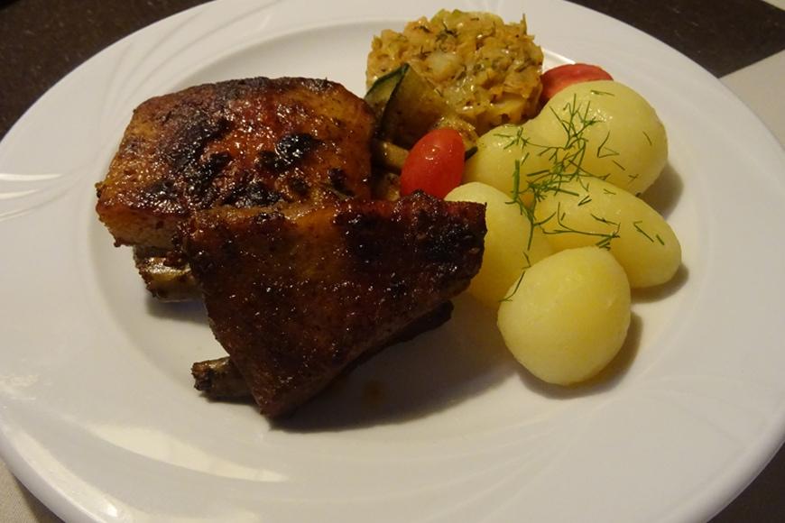 Żeberka glazurowane miodem, podane z ziemniakami i zasmażaną kapustą. Zdjęcie Barbara Jakimowicz-Klein. Blog SunSeasons24