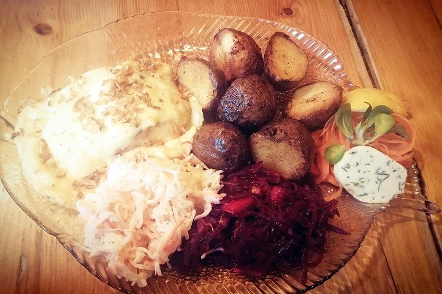 Ryba zapiekana w serze z opiekanymi ziemniakami i surówkami. Zdjęcie Barbara Jakimowicz-Klein. Blog SunSeasons24